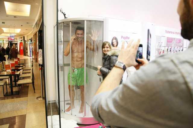 Sony Xperia Z in vetrina con modella/o sotto la doccia!