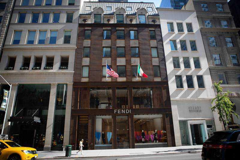 Microsoft sfida Apple e apre uno Store vicino allo storico Cubo Apple di New York