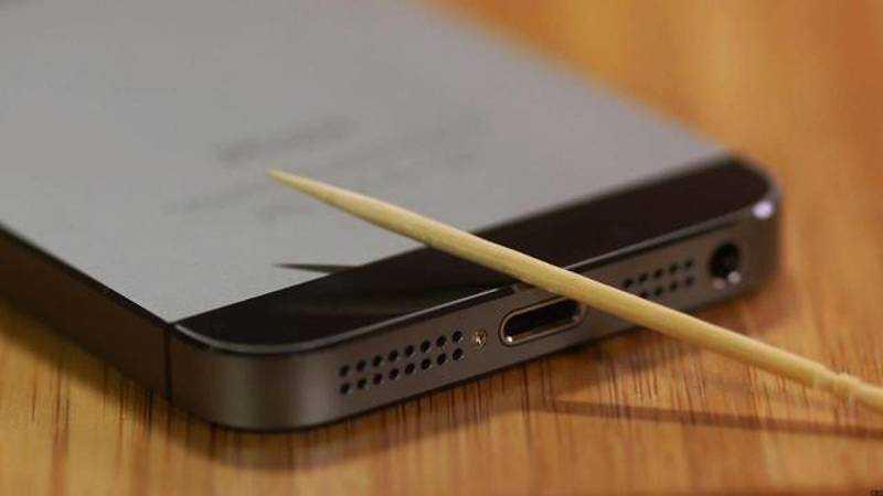 Problemi di ricarica per iPhone ed iPad? Basta uno stuzzicadenti!
