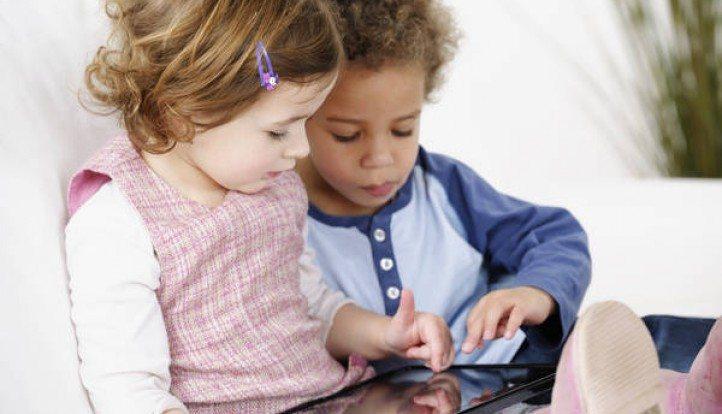Tablet, TV e smartphone ai bambini? Ecco le nuove regole per un corretto utilizzo