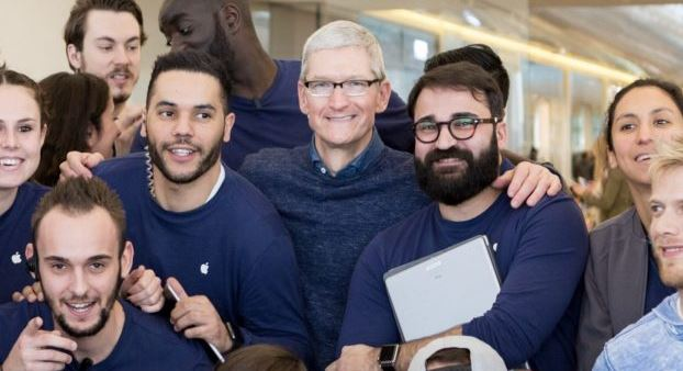 Tim Cook si presenta negli Apple Store francesi a sorpresa