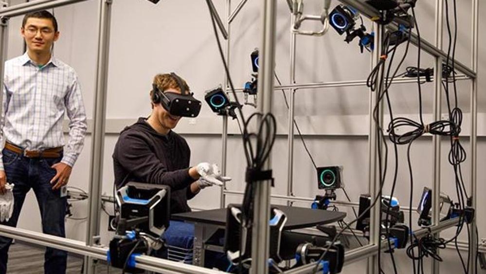 Facebook: arrivano i guanti per la realtà virtuale