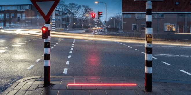 Paesi Bassi: semafori con strisce LED sulla strada per i malati di smartphone