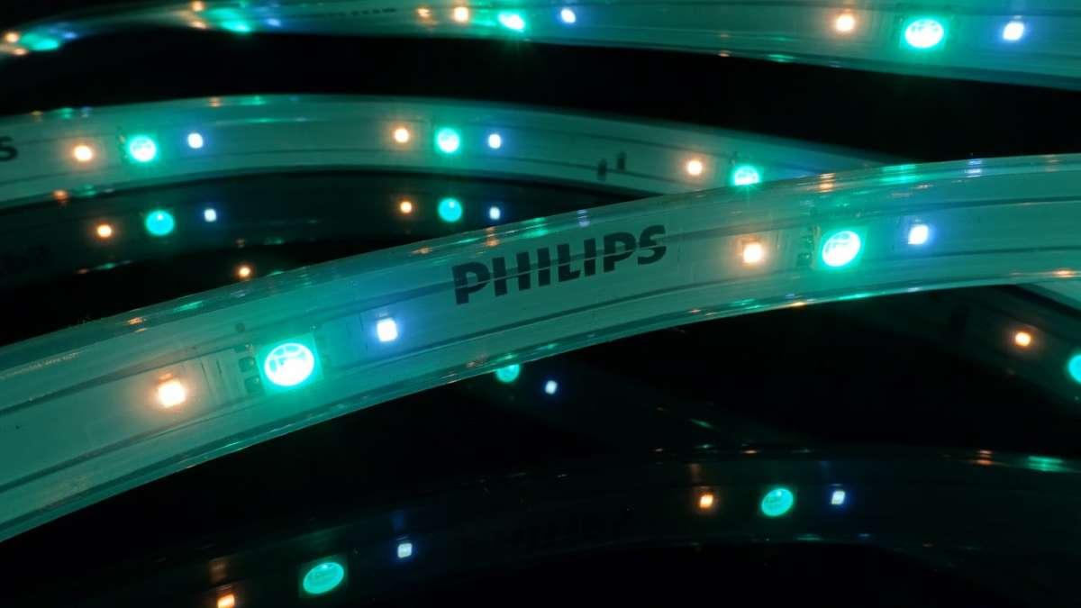 Philips Hue lightstrip plus: la striscia luminosa al LED disponibile su Amazon