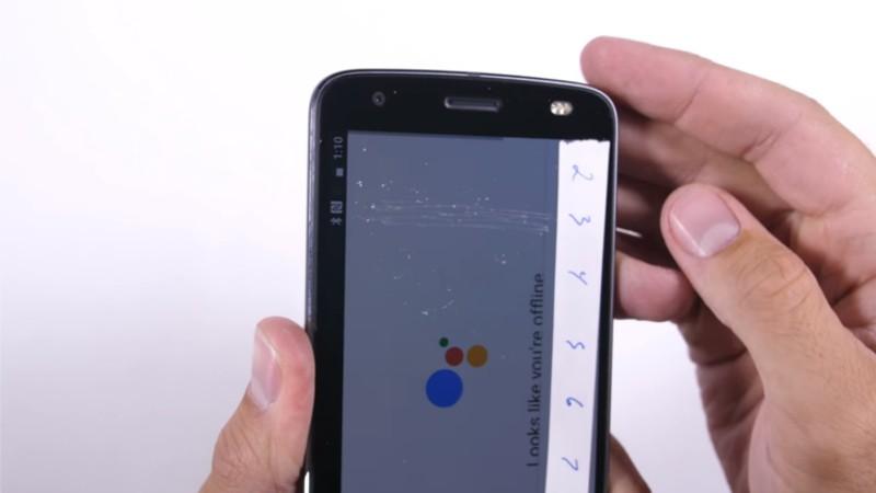 Motorola Moto Z2 Force contro ogni legge della natura: barcolla ma non molla nel nuovo stress test
