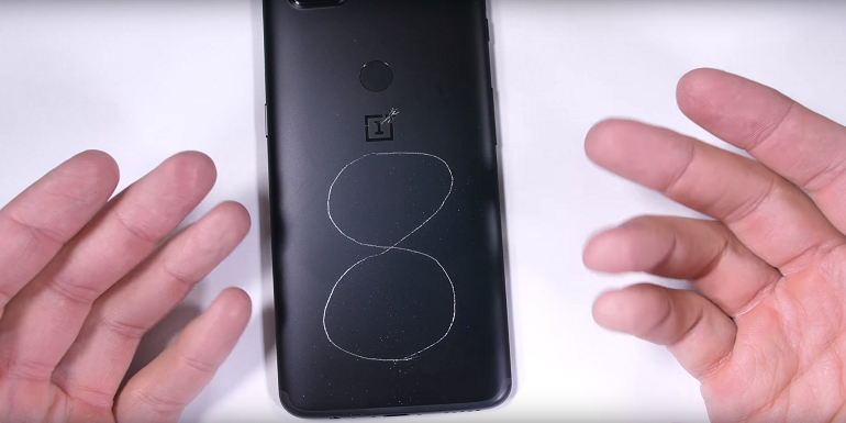 OnePlus 5T contro JerryRigEverything ed il test di resistenza