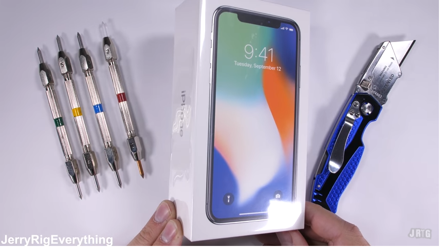 iPhone X sotto i ferri durante il test di JerryRigEverything