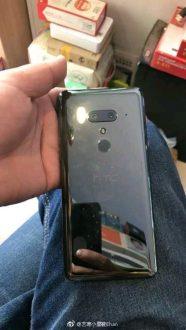 HTC U12 si mostra dal vivo confermando la doppia fotocamera