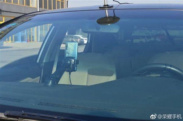 Honor Magic 2 controlla un'auto senza conducente